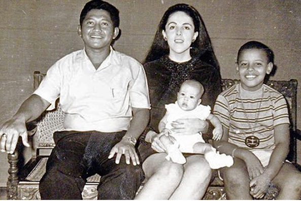 v.l. Lolo Soetoro,Stanley Ann Dunham Soetoro,Baby Maya und Barry Soetoro