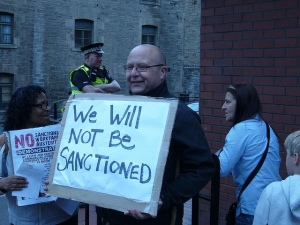 Leith Jobcentre - We Will Not Be Sanctioned placard (Symbolbild) / Edinburgh Coalition Against Poverty / flickr.com / CC BY-NC-ND 2.0